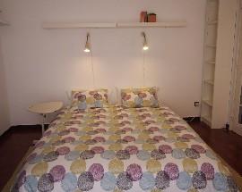 Quarto cheio de luz e estilo em casa tranquila no Estoril