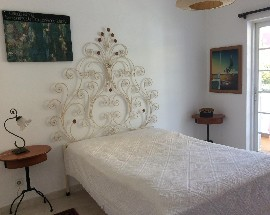 Quarto simpatico com varanda numa vivenda em Almancil