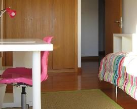 Quarto para rapariga na Praca de Espanha e Bairro de Santos