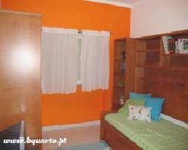 Alugo quarto na Moita num ambiente jovem e confortavel