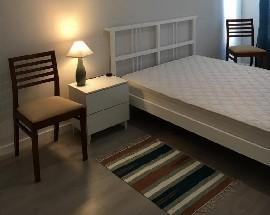 Quarto com cama de casal em Cascais