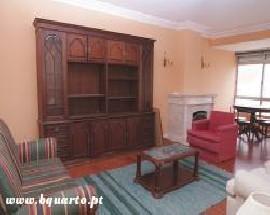 Bons quartos num apartamento na zona da Parede