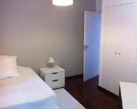 Alugo quarto com wc privado e bus a porta