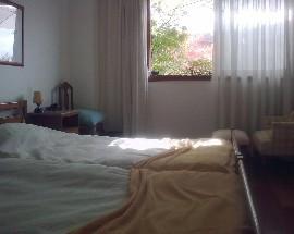 Quarto soalheiro com duas camas em Coimbra