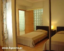 Aluga se T2 com 4 camas em Lisboa junto a Cidade Universitaria