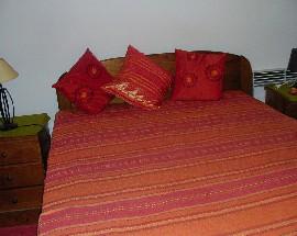 Arrenda se quarto com cama de casal rua Henrique Carvalhao