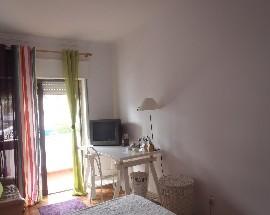 Cascais quarto com cama de casal e varanda privativa