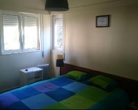 Quarto mobilado em apartamento na Quinta dos Lombos