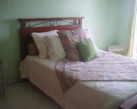 Quarto com cama de casal e varanda nos Foros de Amora