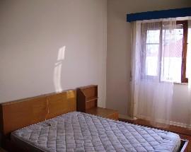 Quarto mobilado com cama de casal em Coimbra