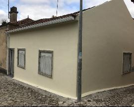 Arrendo pequena casa terrea no centro de Laveiras Caxias